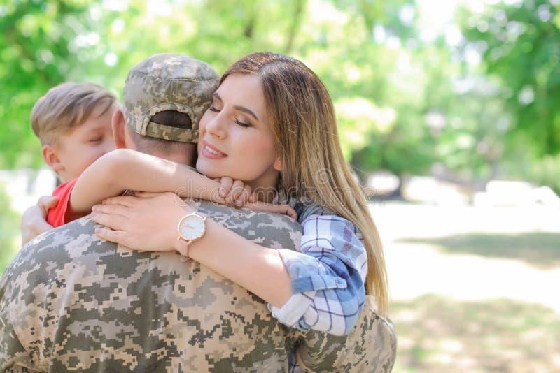 Мужской солдат с его семьей outdoors Военная служба стоковая фотография rf