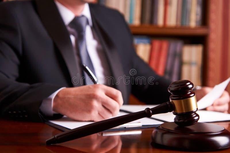 Мужской судья с молотком закона стоковое изображение rf