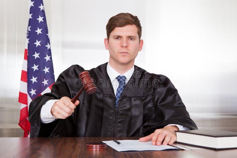 Мужской судья в зале судебных заседаний стоковые фотографии rf