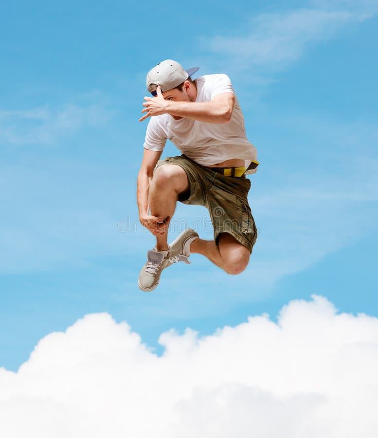 Мужской танцор скача в воздух стоковые фотографии rf