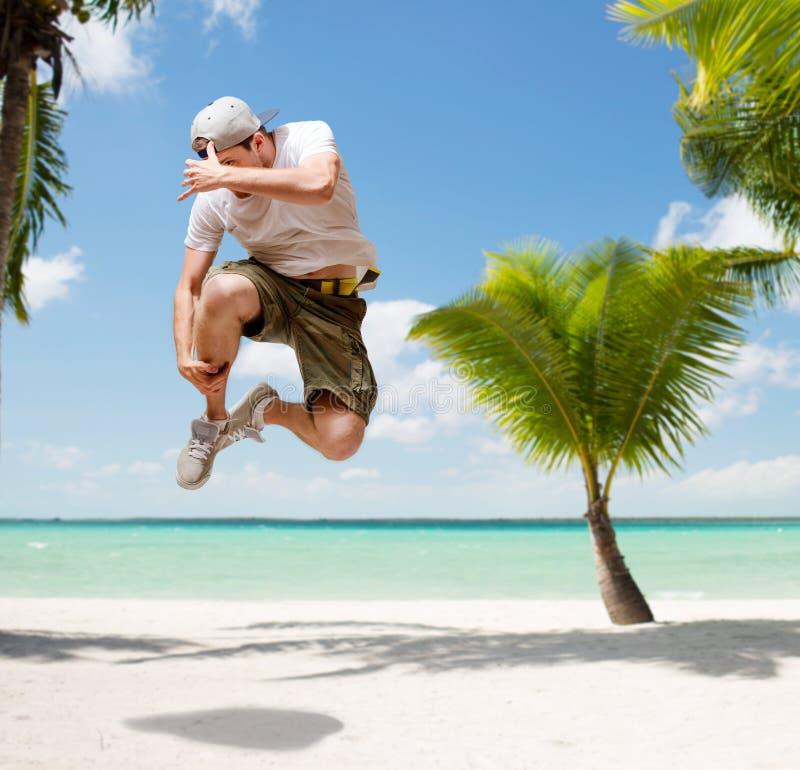 Мужской танцор скача в воздух стоковые фото