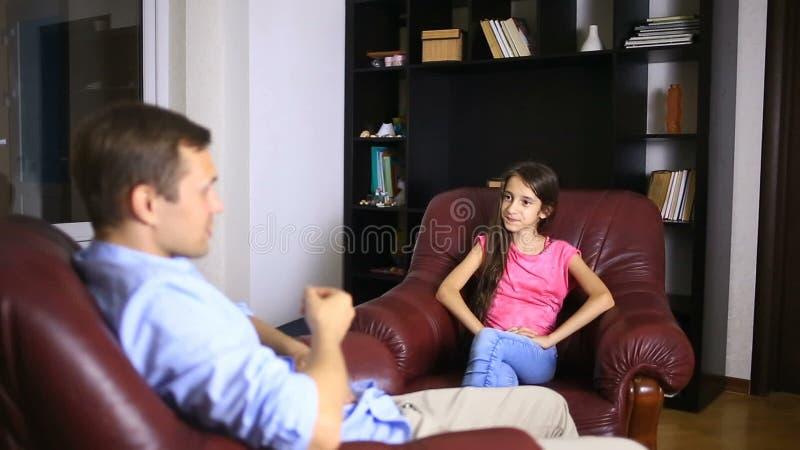 Мужской терапевт проводит психологическую консультацию с подростком Подросток девушки на приеме с психологом видеоматериал