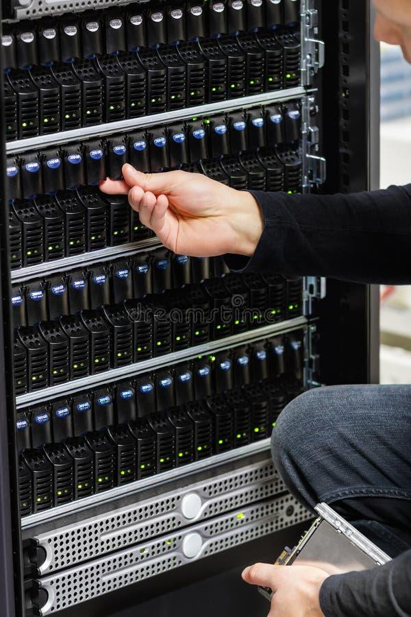 Мужской технический консультант проверяя массив САН в Datacenter стоковые изображения