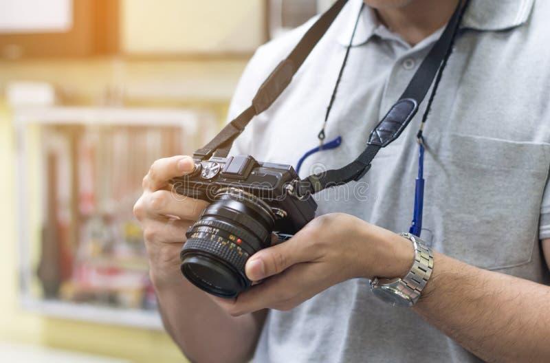 Мужской фотограф дилетанта принимая фокусировать для того чтобы сделать фото в cont стоковое изображение rf