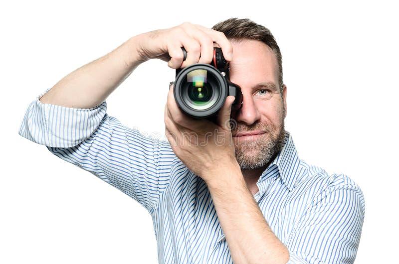 Мужской фотограф фокусируя изображение стоковая фотография