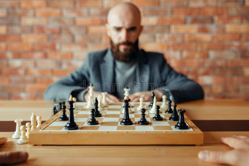 Мужской шахматист, думая процесс стоковая фотография rf