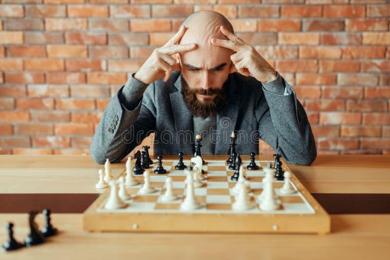 Мужской шахматист играя, думая процесс стоковые фотографии rf
