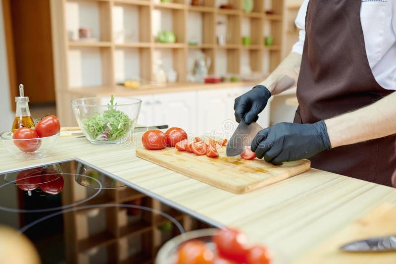 Мужской шеф-повар варя близко вверх стоковые изображения rf