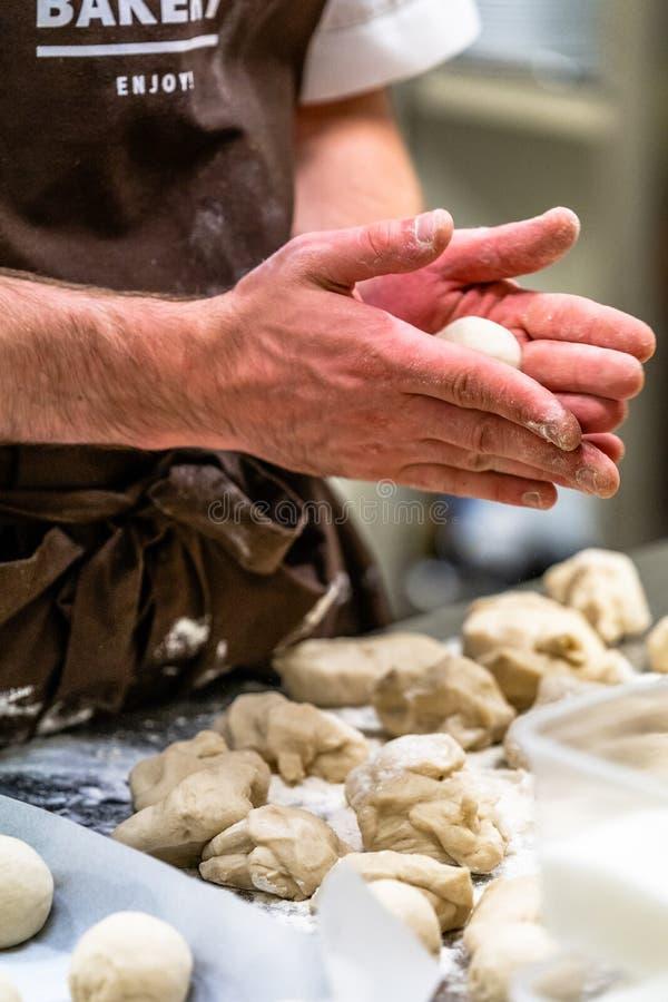 Мужской шеф-повар подготавливая тесто хлеба для Selfmade хлеба и пирожков стоковое изображение rf