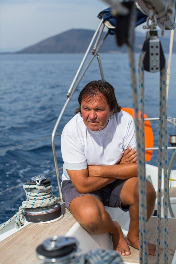 Мужской шкипер сидит на яхте плавания Спорт стоковая фотография rf