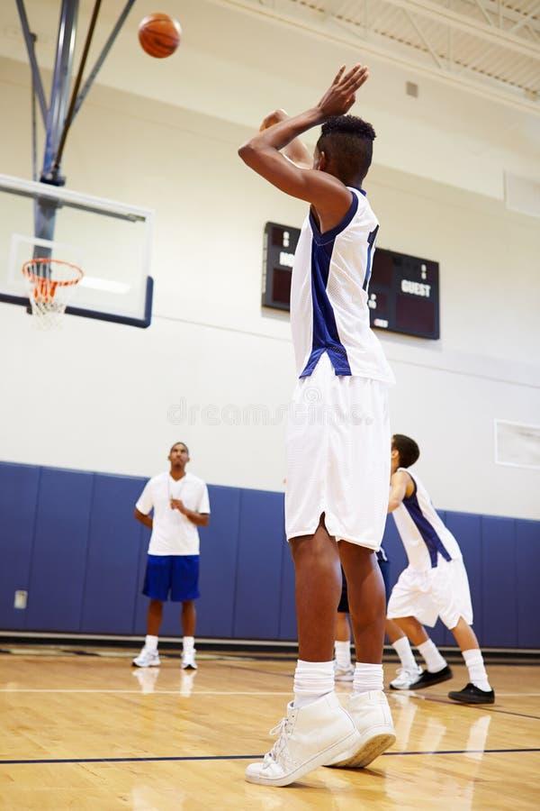 Мужской штраф стрельбы баскетболиста средней школы стоковое изображение