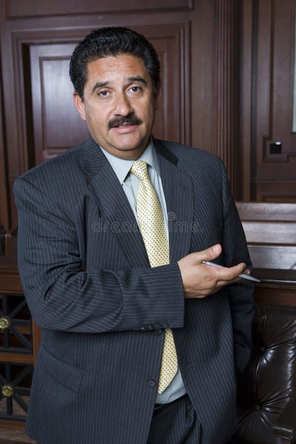 Мужской юрист в зале судебных заседаний стоковое фото rf
