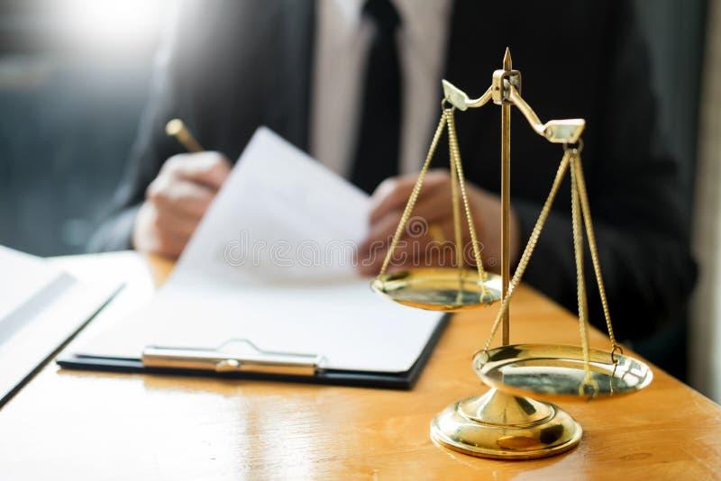 Мужской юрист работая с бумагами контракта и читая книгу по праву в зале судебных заседаний, правосудие и концепция закона пока п стоковые фотографии rf