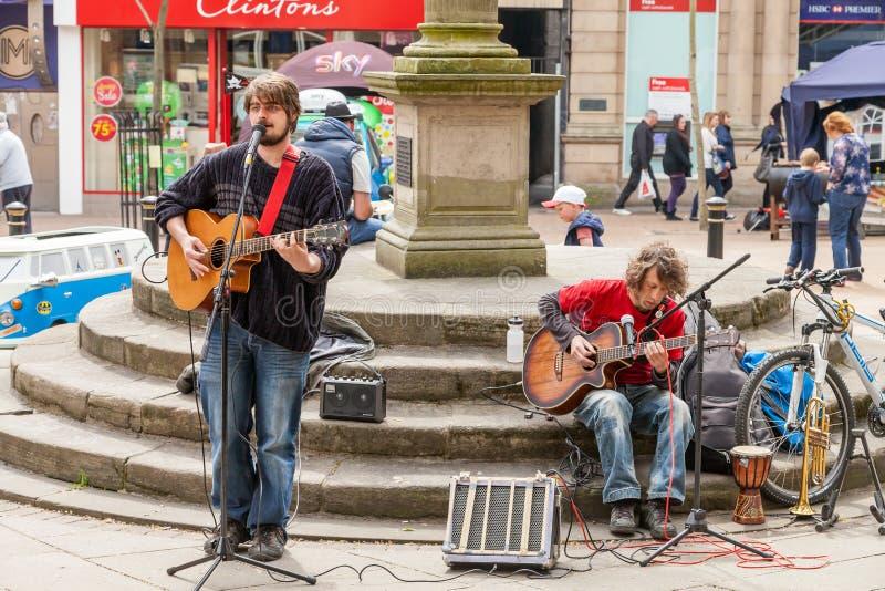 Мужской busker 2 играя гитары и поя на Lymelight Fes стоковые фото