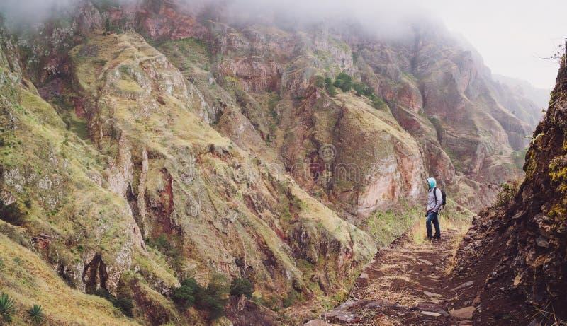 Мужской hiker на крутом скалистом пути к известной долине Пола восхищая впечатляющую сторону горы Santo Antao Кабо-Верде Cabo стоковые изображения rf