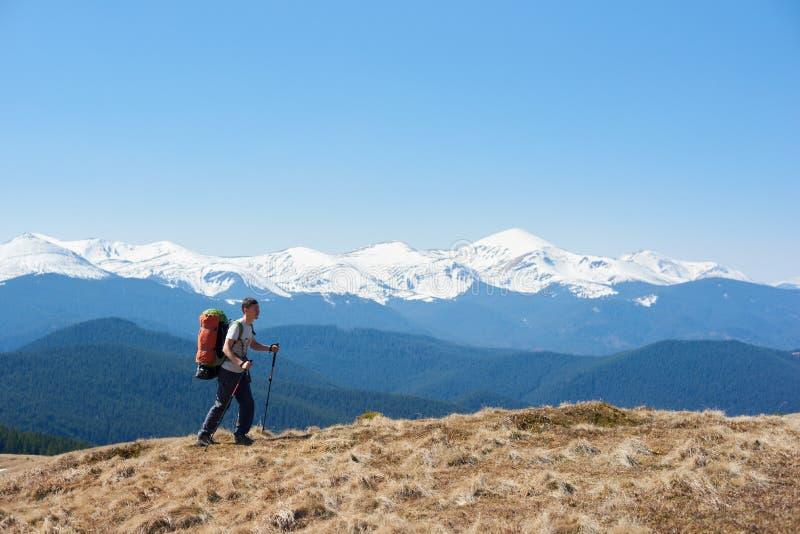 Мужской hiker с рюкзаком в горах стоковые фото