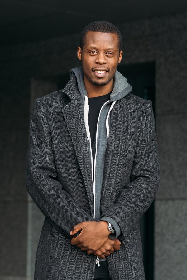 мужчина афроамериканца счастливый Мода улицы стоковая фотография rf
