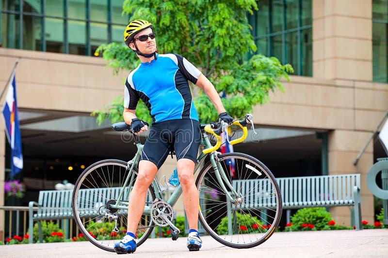 мужчина велосипедиста более старый стоковое фото rf