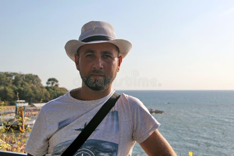 Мужчина в белой шляпе на пляже стоковые фотографии rf