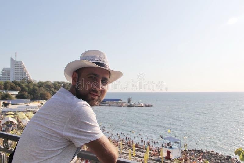 Мужчина в белой шляпе на пляже стоковая фотография rf