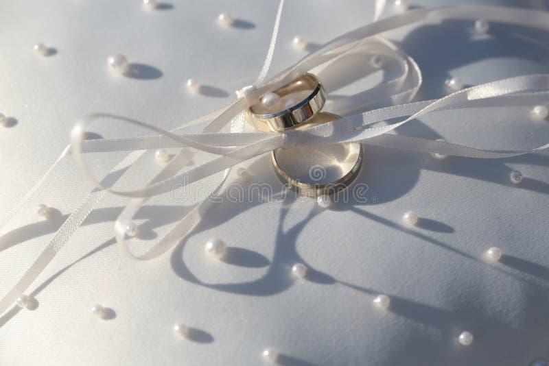 Мужчина и женские золотые кольца стоковые изображения rf