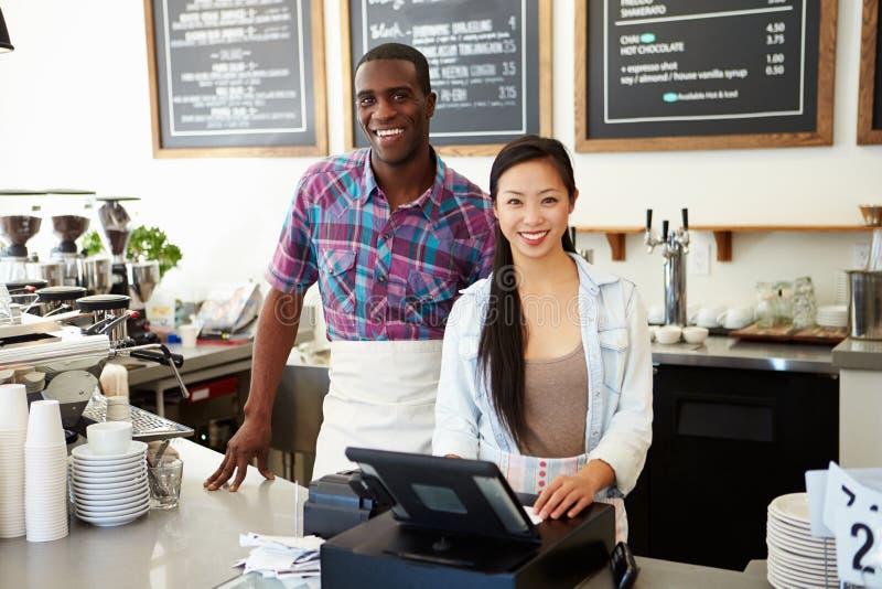 Мужчина и женский персонал в кофейне стоковые фотографии rf