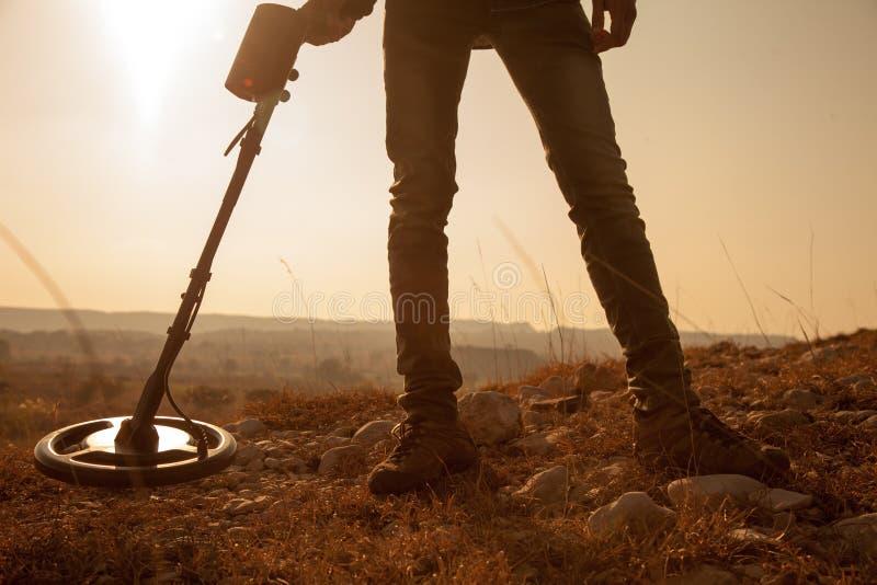 Мужчина, находящий сокровища и металлы с детектором рекреационных металлов стоковая фотография