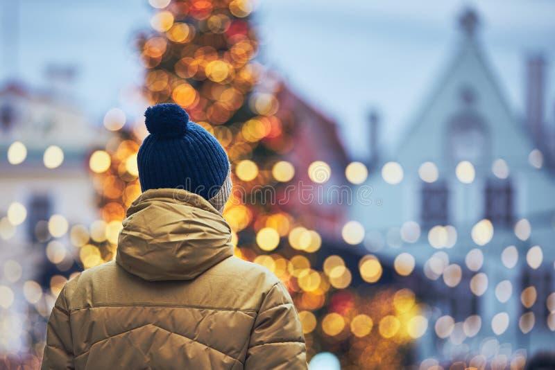 Мужчина на рождественском рынке стоковое фото