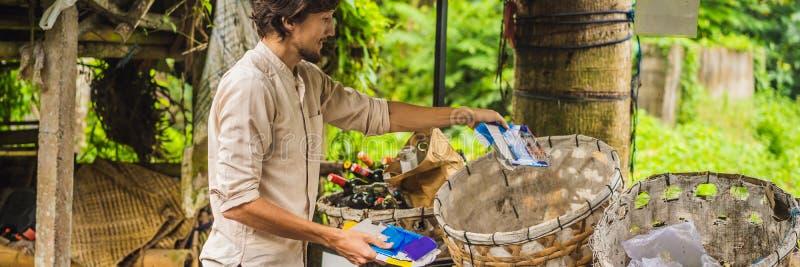 Мужчина отдельно собирает мусор Отдельная концепция сбора мусора BANNER, LONG FORMAT стоковое фото rf