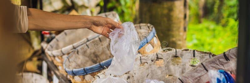Мужчина отдельно собирает мусор Отдельная концепция сбора мусора BANNER, LONG FORMAT стоковые фото