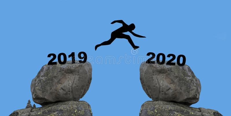 Мужчина прыгает с 2019 по 2020 новый год стоковое изображение