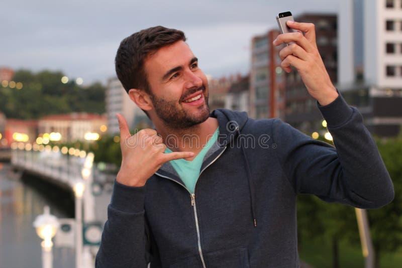 Мужчина самовлюбленного человека принимая selfie стоковые изображения