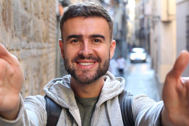 Мужчина самовлюбленного человека принимая selfie стоковое изображение rf