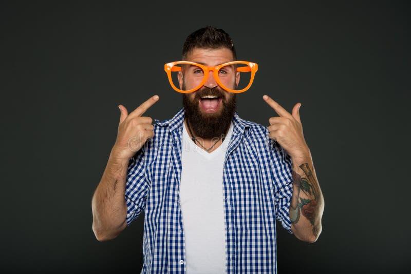 мужчина способа счастливый человек в стеклах партии каникула территории лета katya krasnodar Зрелый хипстер с бородой Зверский ка стоковые изображения