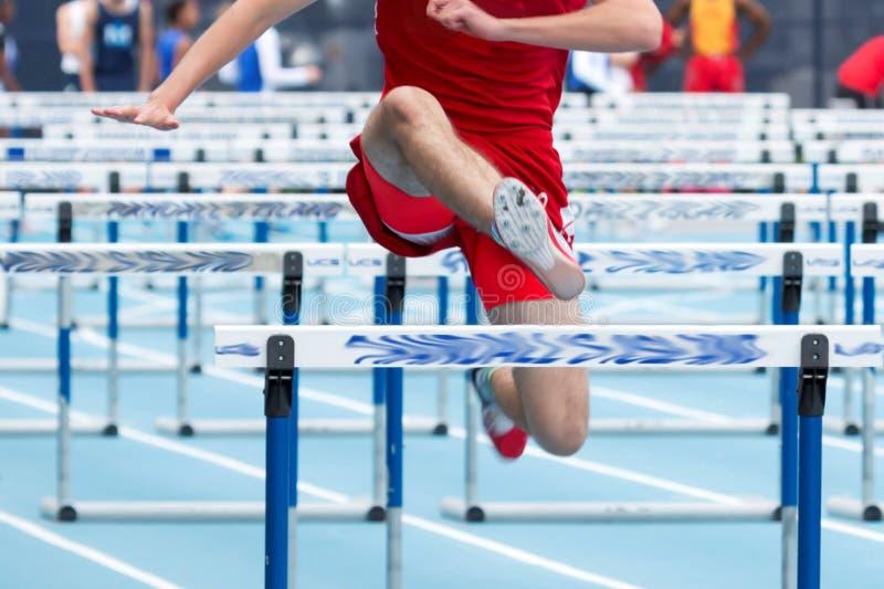 Мужчина средней школы Hurdler в 110 метров стоковое изображение rf