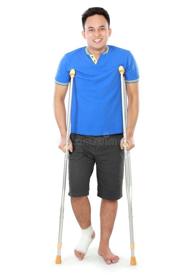 Download Мужчина с сломленной ногой используя костыль Стоковое Фото - изображение насчитывающей нога, здоровье: 37929018