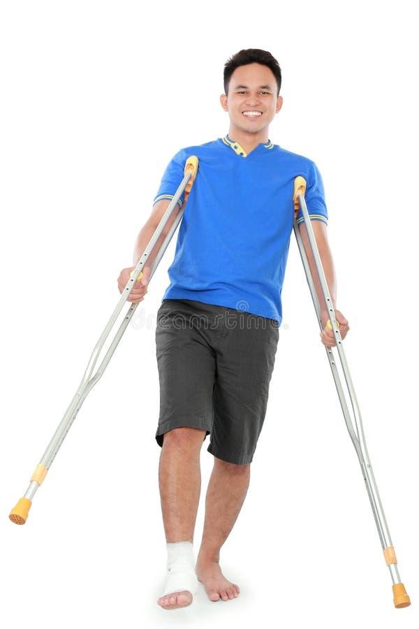 Download Мужчина с сломленной ногой используя костыль Стоковое Изображение - изображение насчитывающей изолировано, пациент: 37929019