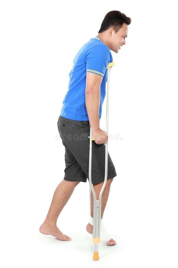 Download Мужчина с сломленной ногой используя костыль Стоковое Фото - изображение насчитывающей повреждено, инвалидность: 37929318