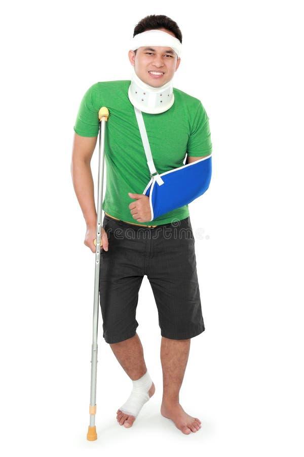 Мужчина с сломленными рукой и костылем стоковая фотография rf