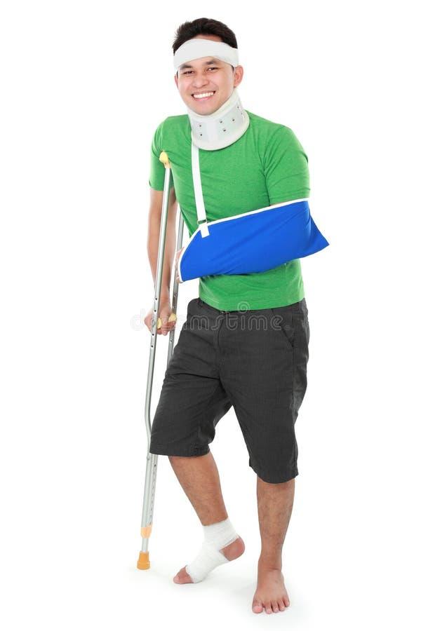Download Мужчина с сломленными рукой и костылем Стоковое Фото - изображение насчитывающей боль, счастливо: 37929058