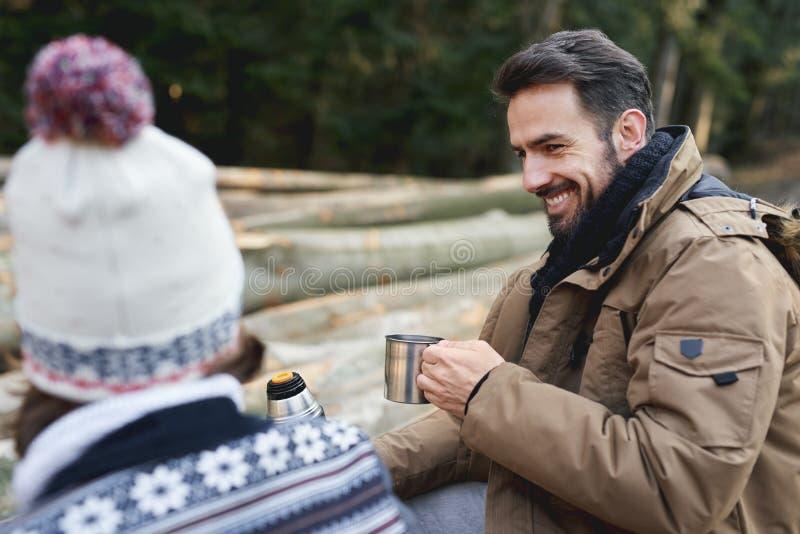 Мужчины глотают горячего чая стоковое фото rf
