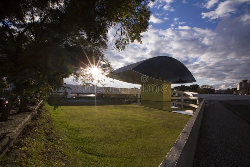 Музей или ПОНЕДЕЛЬНИК Оскара Niemeyer в Curitiba, положении Parana, Бразилии Curitiba, Бразилия - июль 2017 стоковое изображение