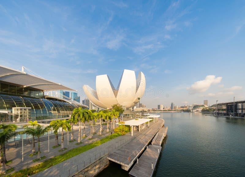 Музей и Марина ArtScience преследуют с голубым небом в полдень стоковое изображение rf