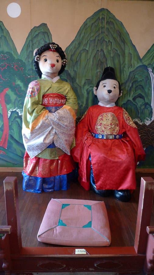 Музей плюшевых мишек острова Кореи Jeju женатые пары в традиционных корейских костюмах стоковые изображения