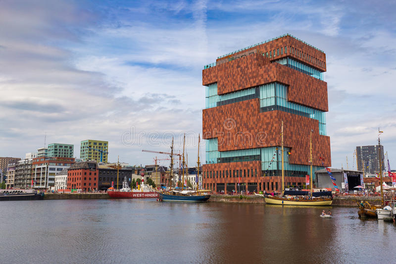 Музей aan de Stroom MAS вдоль реки Шельды в районе Eilandje Антверпена, Бельгии во время высокорослых кораблей участвует в гонке  стоковое фото