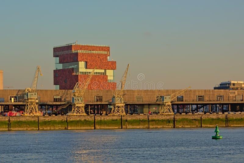 Музей MAS со старыми промышленными кранами во фронте, взгляде с другой стороны реки Шельды в Антверпене стоковое изображение rf