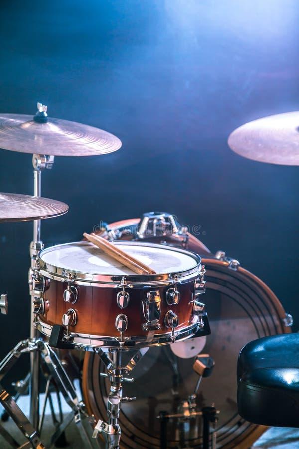 Музыкальные инструменты барабанят набором, вспышкой света, красивого света на заднем плане с космосом экземпляра стоковые фотографии rf