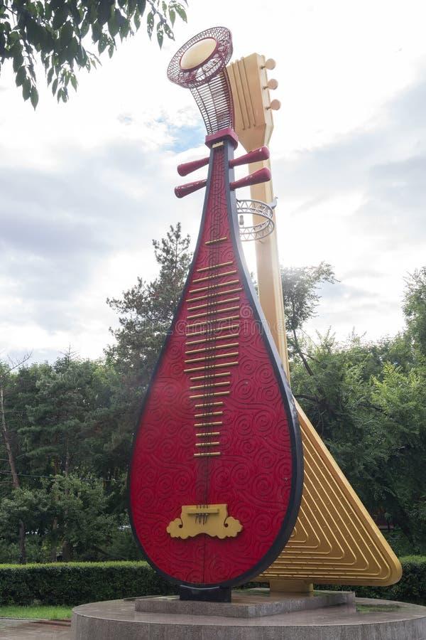 Музыкальные инструменты - пипа и балалайка стоковые фото