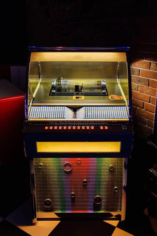 Музыкальный автомат в ретро стиле Автоматический аудиоплеер в баре кафа стоковая фотография