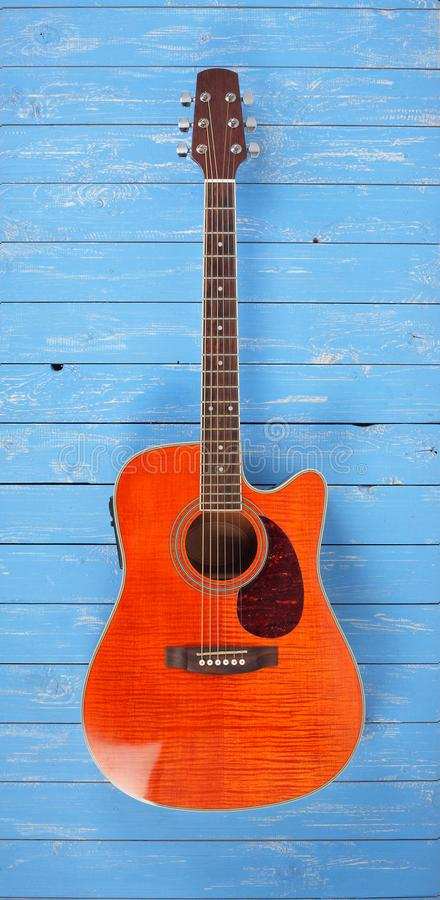 Музыкальный инструмент - ба древесины акустической гитары cutaway клена пламени стоковое фото rf